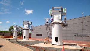 Antenas em montagem: transmissor interno garante economia de energia